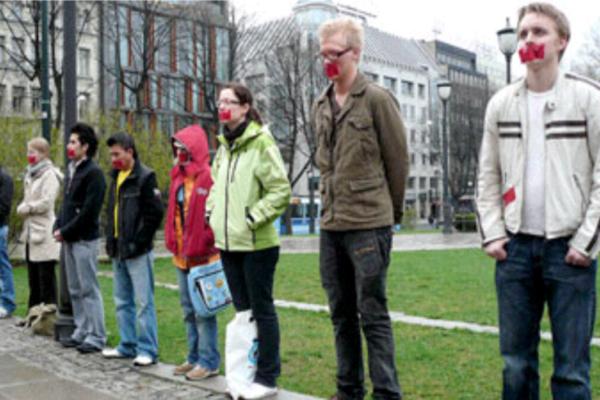 Norge Idag: Unge ba for barna i mammas mage foran Stortinget
