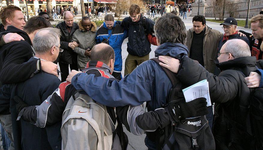 Guds menn i bønn for Norge foran Stortinget
